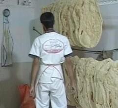 پخت و توزیع ۱۳۰۰ قرص نان صلواتی در روز شهادت امام مهربانی ها